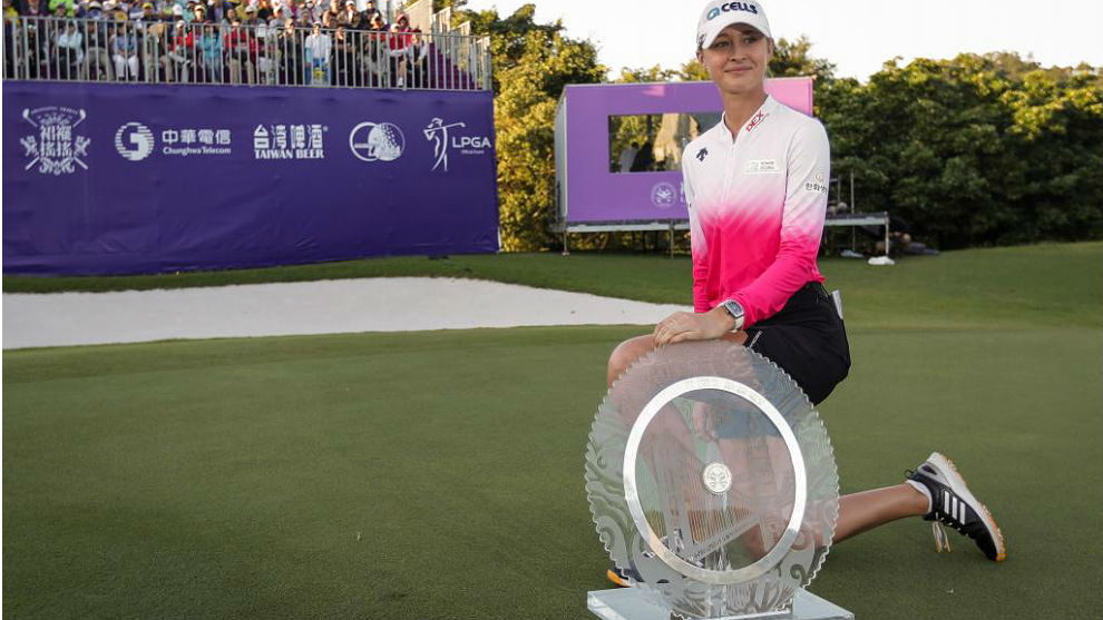 La estadounidense Nelly Korda con su trofeo en Taiwán.