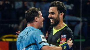Paquito Navarro y Pablo Lima se abrazan tras una victoria en Bilbao.