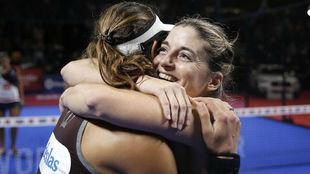 Alejandra Salazar y Marta Marrero se abrazan tras ganar en Bilbao.