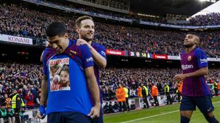 Jordi Alba celebra el 2-0 con Rakitic y Rafinha.