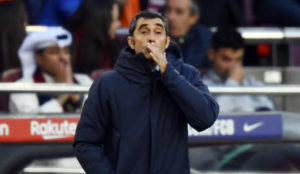 Valverde, en el área técnica durante el Clásico.