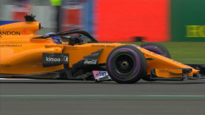 Alonso rueda con una trozo del monoplaza de Ocon atrapado en el MCL33.