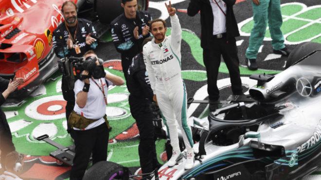 Hamilton, subido a su monoplaza, celebra su pentacampeonato.
