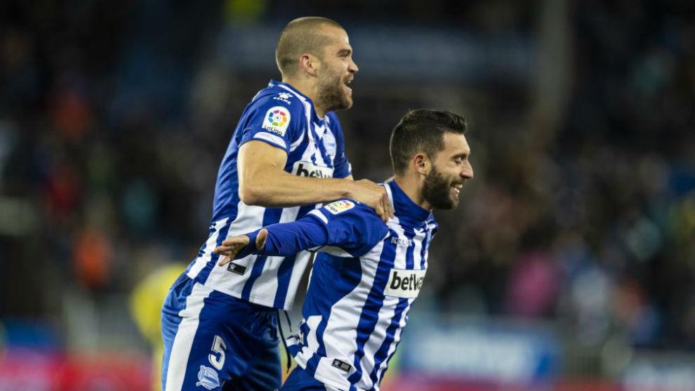 Borja Bastón y Laguardia celebran el gol del primero que dio el...