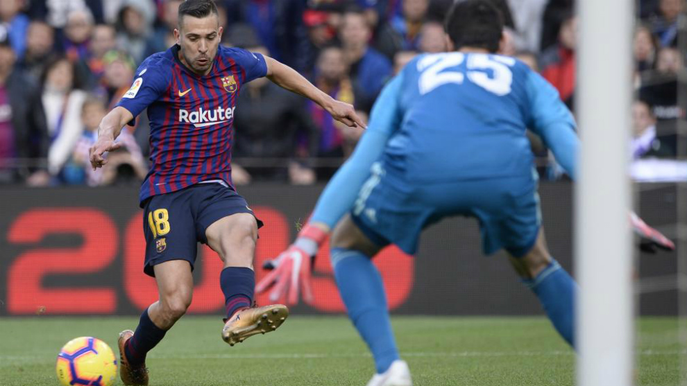 Jordi Alba shoots during the match between FC Barcelona and Real...
