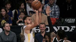Stephen Curry lanza uno de sus triples ante los Nets.