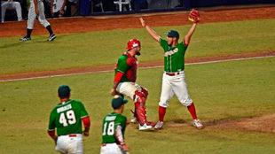 Piña celebra el último out, y el campeonato mexicano.