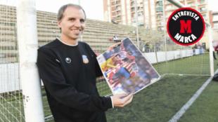 Azparren posa para MARCA con una fotografía de archivo de su partido...
