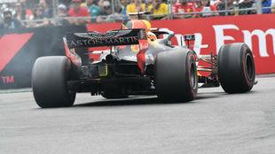 El coche de Ricciardo empieza a soltar humo antes del abandono en...