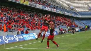 Dos jugadores del Mensajero celebran un gol de esta temporada