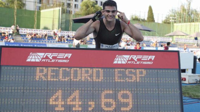 Bruno Hortelano posa con su récord de España de los 400 metros.