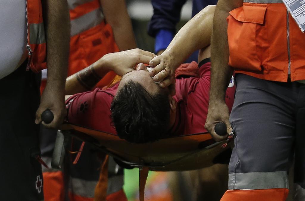 Víctor Casadesús abandona el terreno de juego en camilla