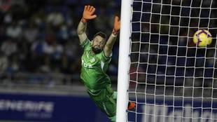 Dani Giménez no puede evitar el segundo gol de Luis Milla en el...