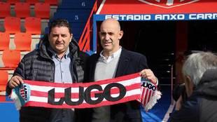 Alberto Monteagudo posa junto al director deportivo Emilio Viqueira en...