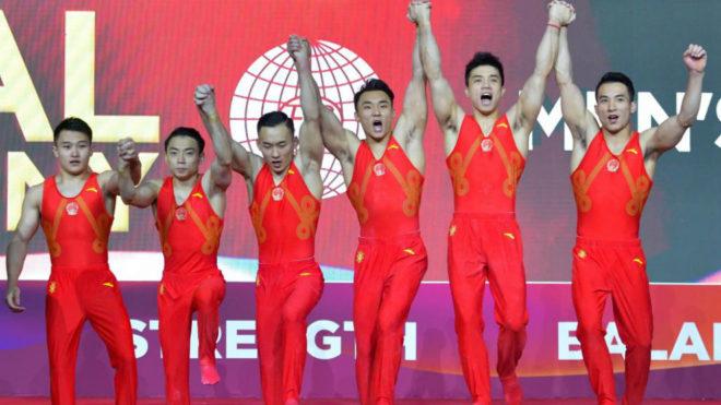 Los chinos celebran en el podio tras ganar el oro en la final...