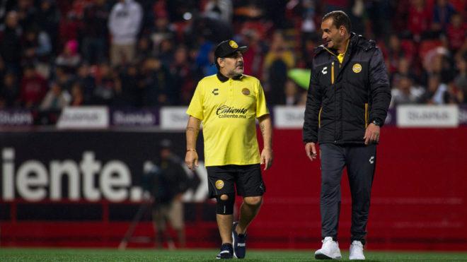 Maradona conversa con su auxiliar técnico, Luis Islas.