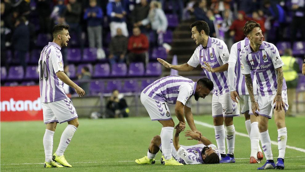 Los jugadores del Valladolid ante el Espanyol.