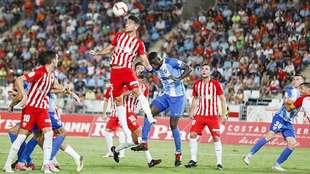 Juan Ibiza demuestra su poderío aéreo en el partido ante el Málaga