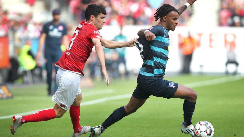 Aarón, en un encuentro con el Mainz 05
