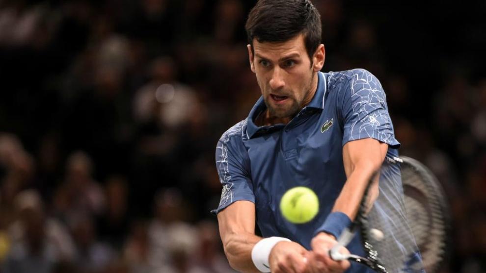 Novak Djokovic realiza un golpeo durante el partido.