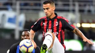 Suso controla un balón ante el Inter.