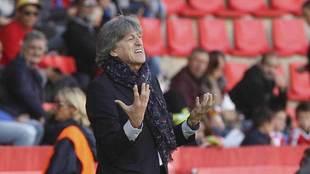 Enrique Martín gesticula durante su primer partido al frente del...