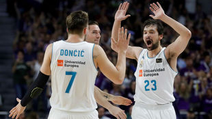 Doncic y Llull se saludan durante un partido con el Madrid de la...