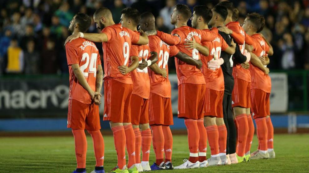 Los jugadores del Madrid guardando un minuto de silencio antes del...