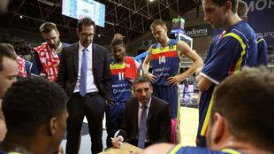Ibon Navarro da instrucciones a sus jugadores en una partido de...