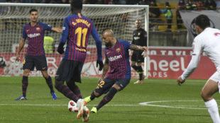 Arturo Vidal controla un balón.
