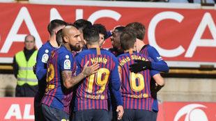 Los futbolistas del Barcelona celebran el tanto de Lenglet.