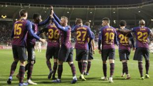 Los jugadores del Barcelona celebran, anoche, el gol de Lenglet en...
