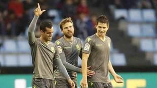 Juanmi levanta el brazo para celebrar el gol que marcó.