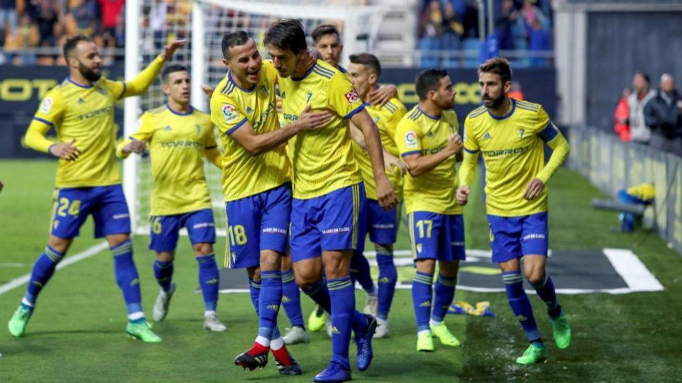 Los futbolistas del Cádiz celebran el primer tanto de Lukic.