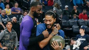 LeBron James bromea con Derrick Rose antes de un Lakers vs Wolves