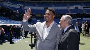 Ronaldo y Florentino Pérez en la presentación de Vinicius,.
