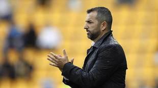 Diego Martínez aplaude a sus jugadores durante el partido de Santo...