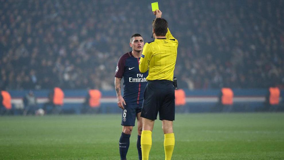 Verratti es amonestado durante el PSG-Madrid de la pasada Champions.