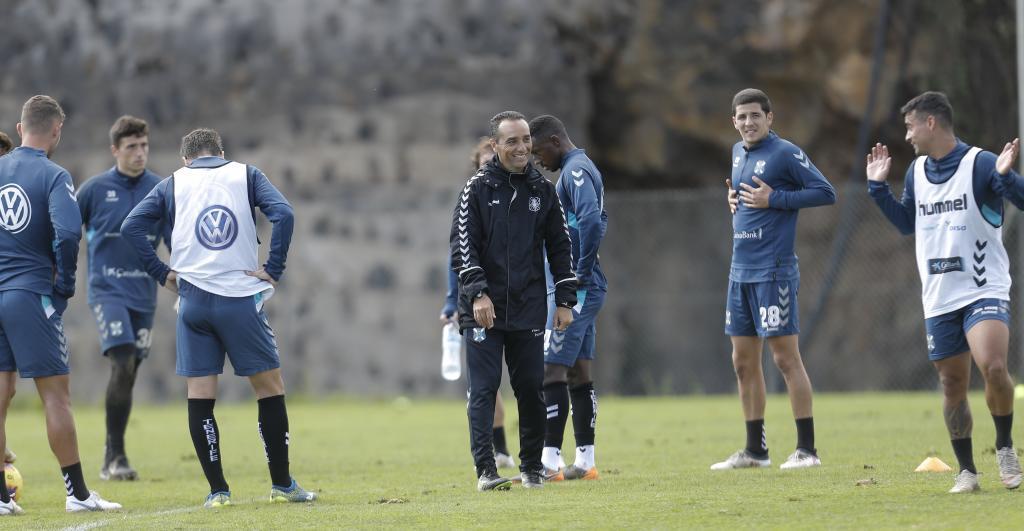 Oltra bromea con sus futbolistas durante la sesión de trabajo del...