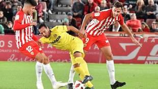 Caballero disputa un balón con su compañero Narváez y Santi Cazorla...