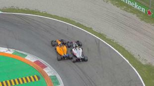 Alonso pasa a Magnussen en el GP de Italia de este año.