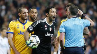 Buffon quejándose al árbitro tras pitar el penalti de Benatia a...
