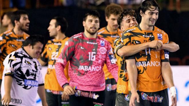 Los jugadores del Ademar León celebran una victoria /