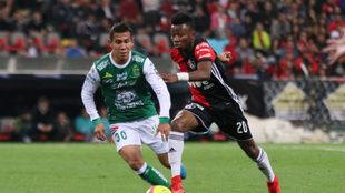 Clifford Aboagye lucha una pelota ante Iván Rodríguez.