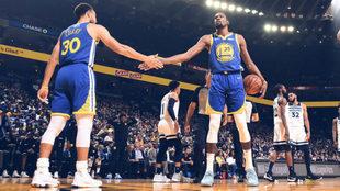 Stephen Curry y Kevin Durant se felicitan