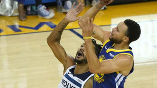 Derrick Rose defendiendo un tiro de Stephen Curry