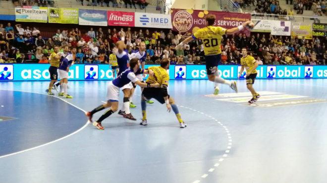 Un momento del partido entre el Benidorm y el Bidasoa