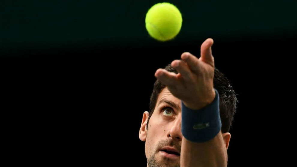 Djokovic se dispone a sacar