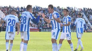 Tarín celebra con Carrillo el gol del empate