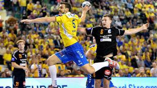 El primera línea internacional polaco Jurecki, en un partido de la...